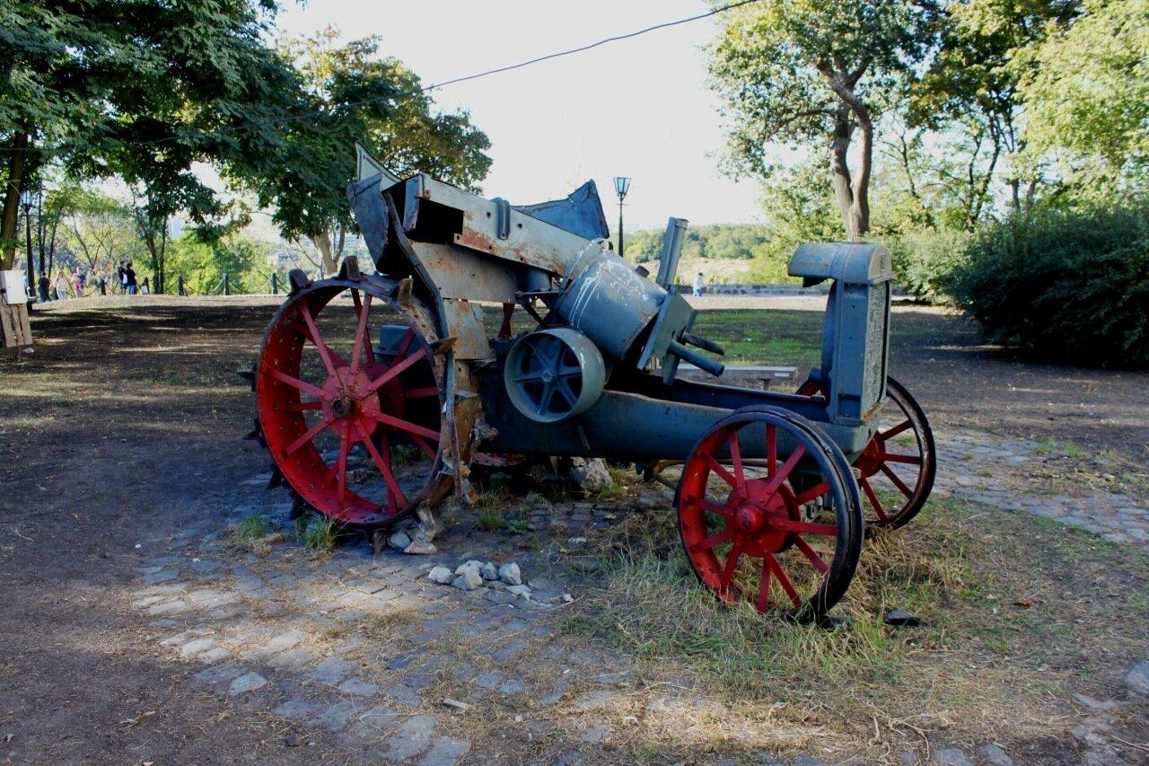 Старинный трактор за Музеем истории