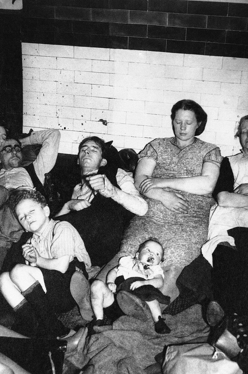 1940. Семья ночует на платформе станции метро,ища сон в течение ночных воздушных налетов, 20 сентября