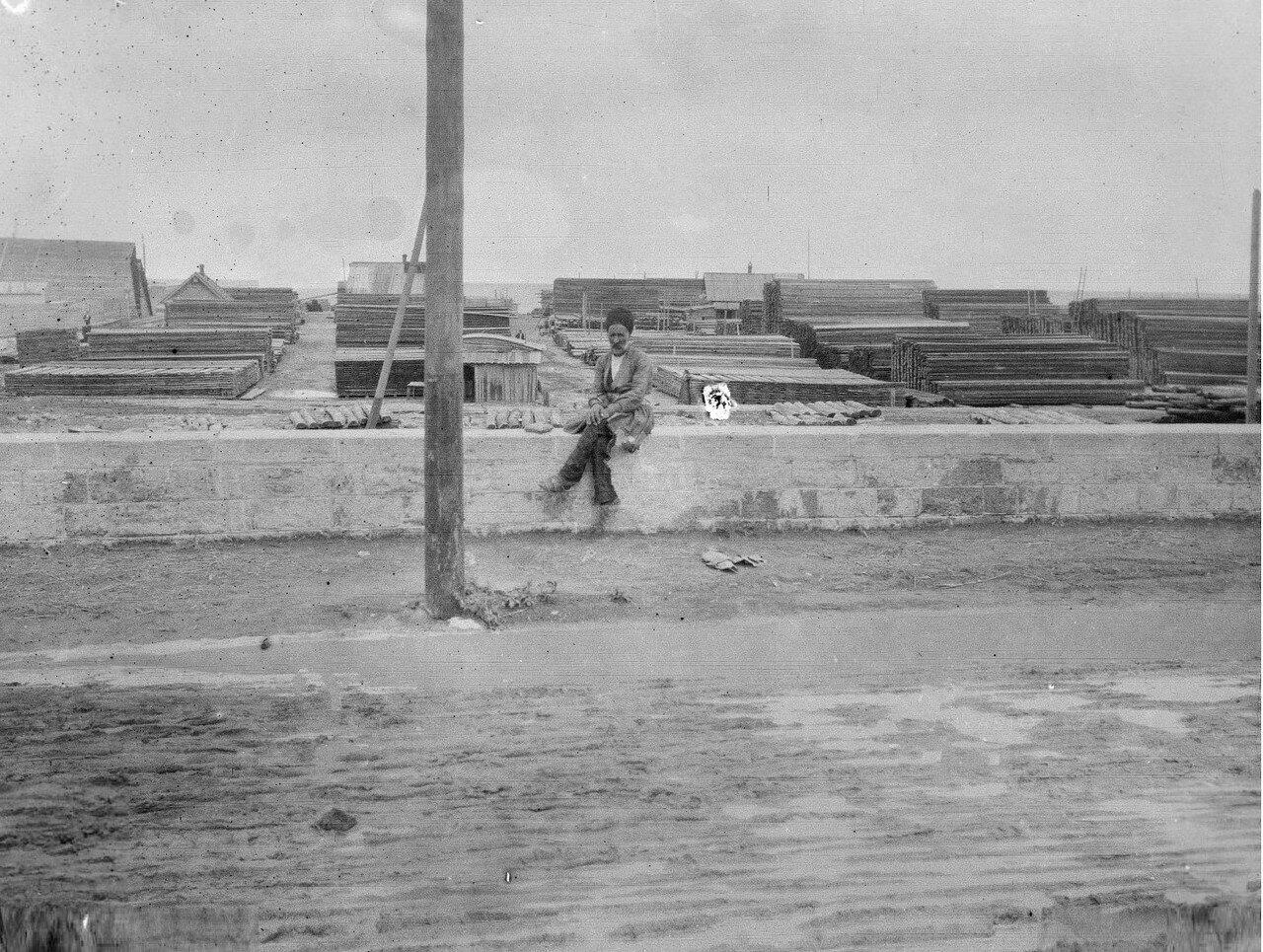 Петровск. Мужчина, сидящий возле лесного склада