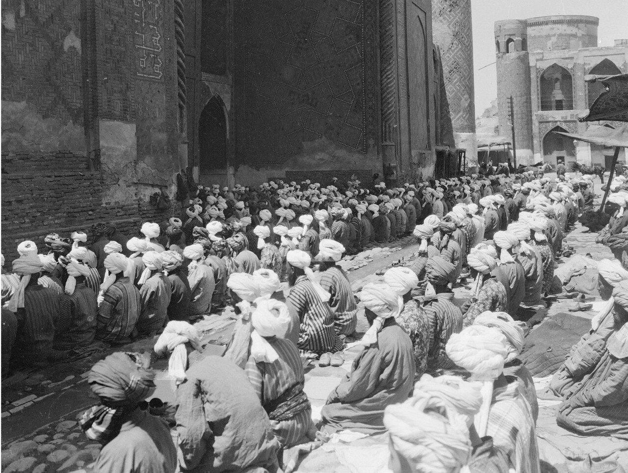 Самарканд. Площадь Регистан. Медресе Шердор. Пятничная молитва