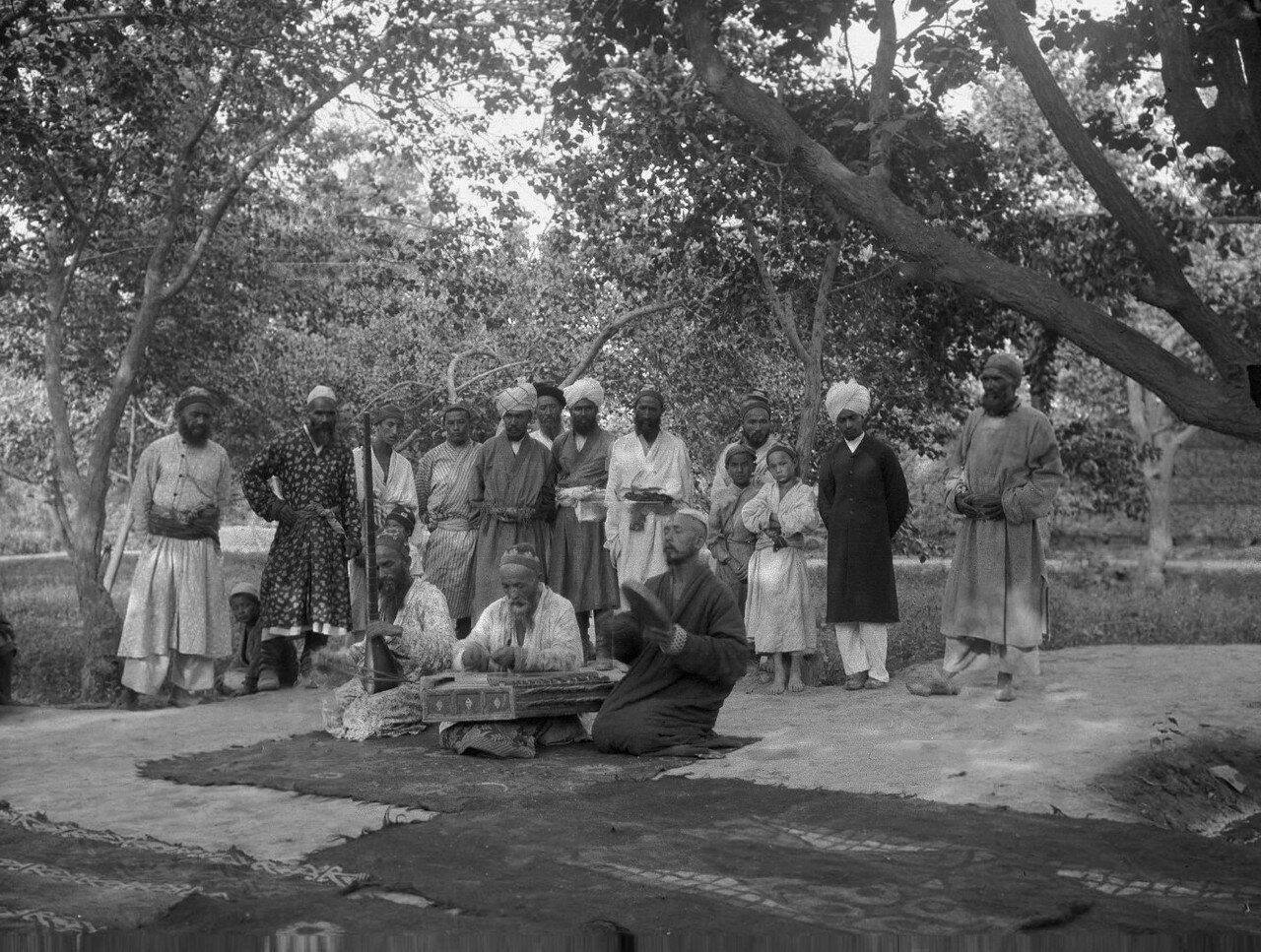 В саду дома британского генконсула сэра Джорджа Макартни. Три сартских музыканта