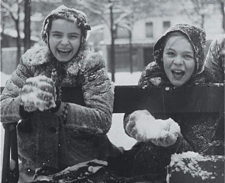 1944. Портреты детей в снегу