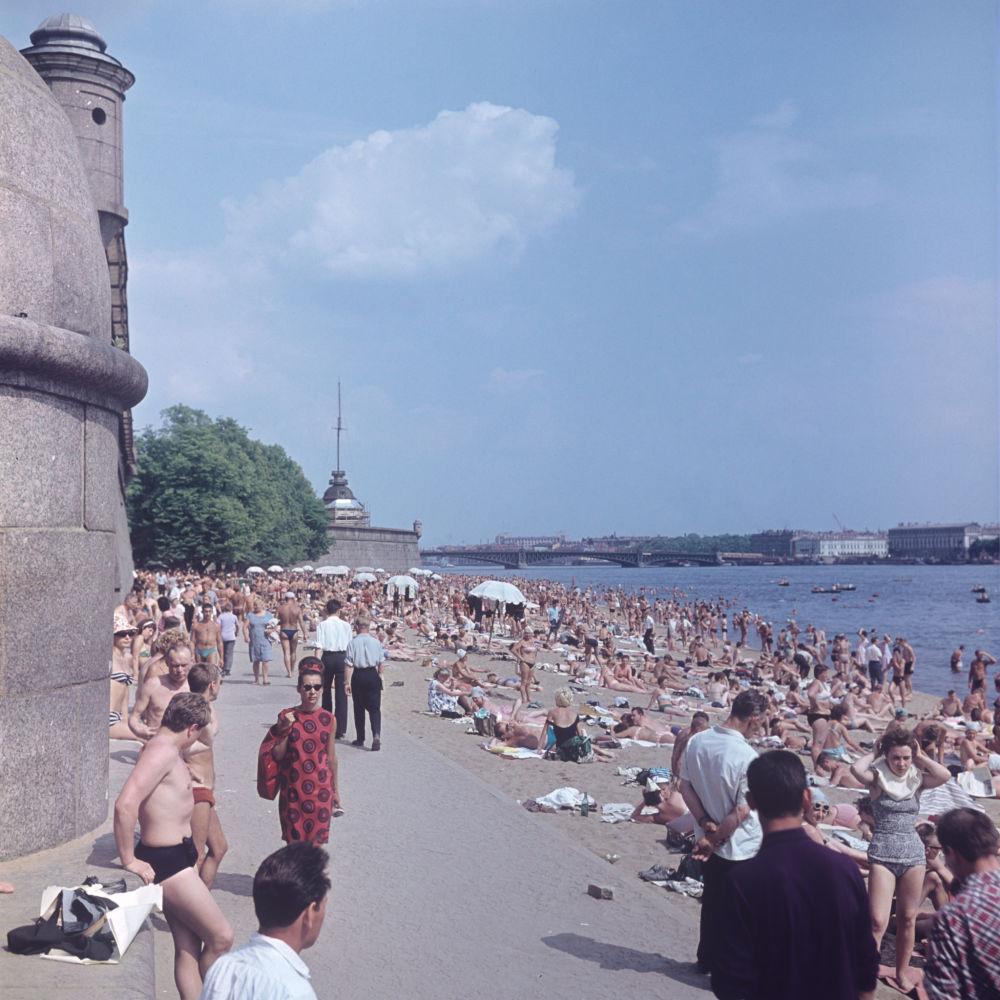 1966 Пляж у Петропавловской крепости. Манушин, РИА Новости.jpg