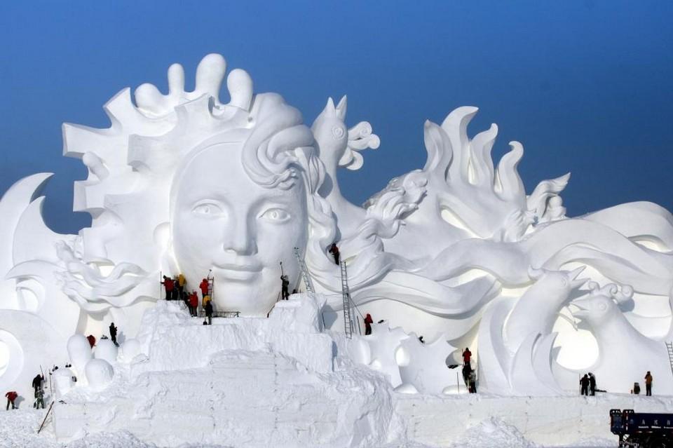 Город изо льда на ежегодном зимнем фестивале в Китае