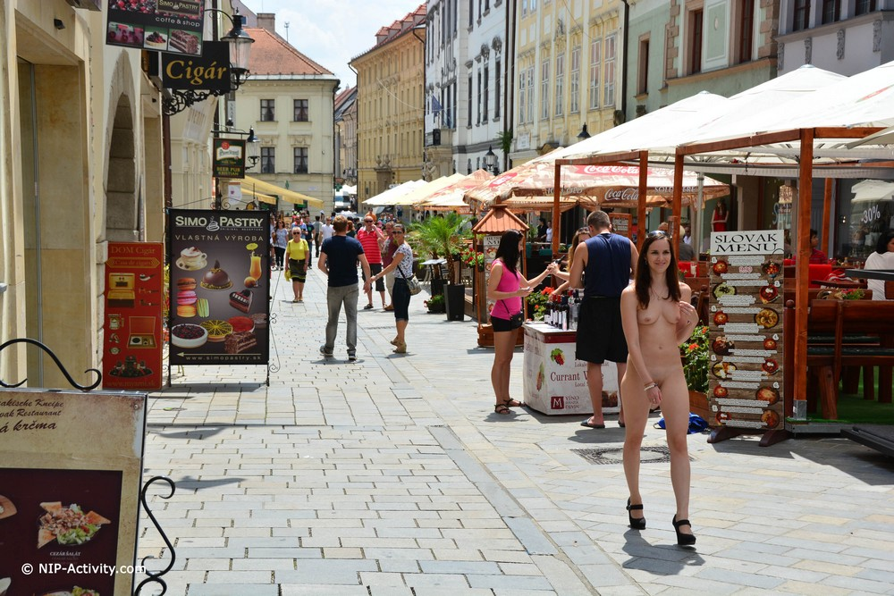 Обнаженная Lucie прогулялась по Братиславе