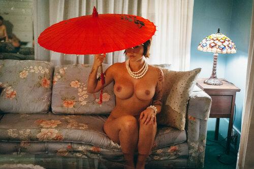 Девушки с зонтом. 18+