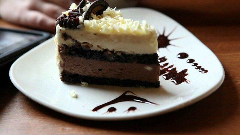 Торт «Пикантный», украшенный шоколадной стружкой и орехами