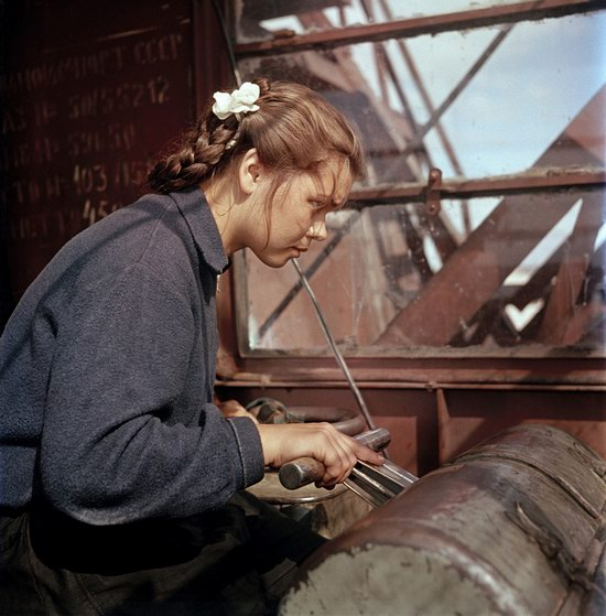 Валя Боровкова, крановщица казанского речного порта, 1950.
