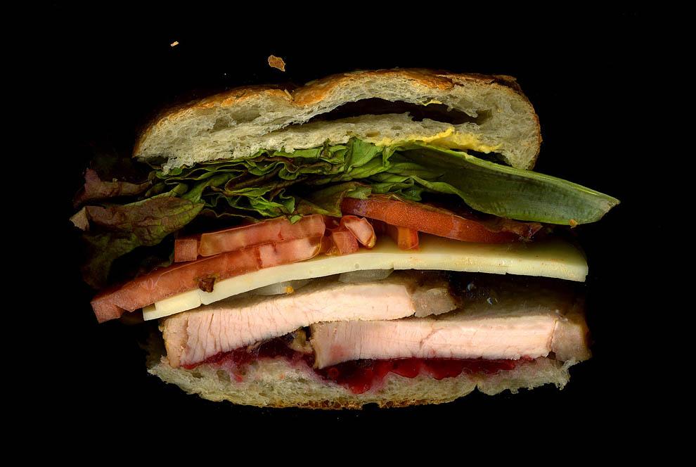 2. Жареная индейка, проволоне, карамельный лук, клюквенный соус, латук, помидор, горчица, булочка.