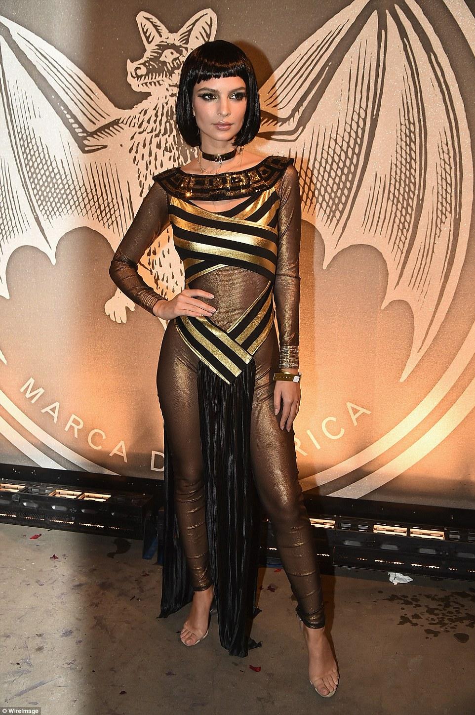 Модель Эмили Ратаковски в костюме Клеопатры хороша как никогда.