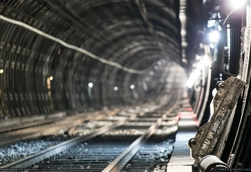 32. Как и метро, RER также обслуживается обходчиками путей. Где-то в далеке слышны разговоры. Ш