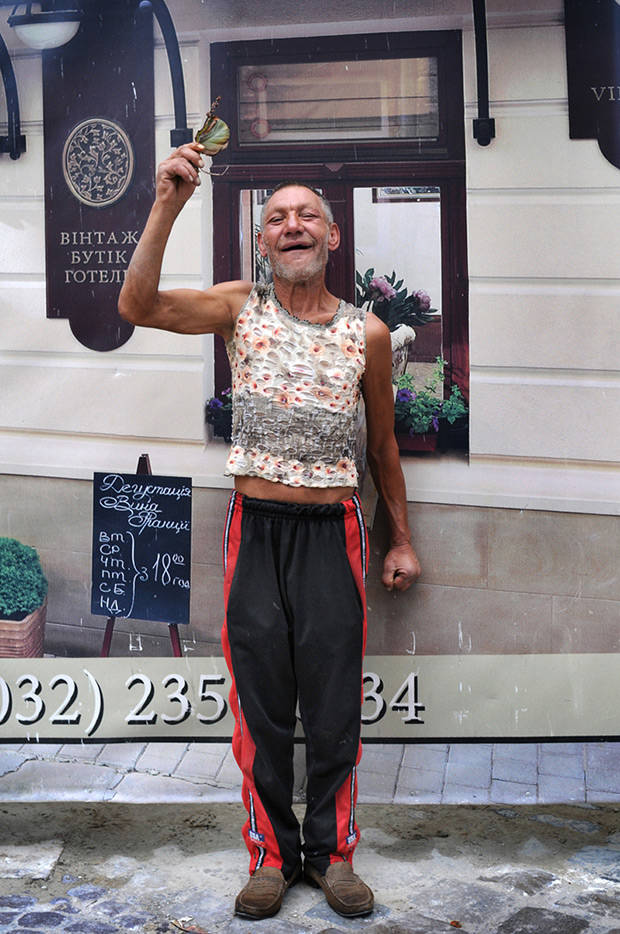 1. Славик знаком многим во Львове. Раньше он часто появлялся в центре, бродил по брусчатым улочкам.