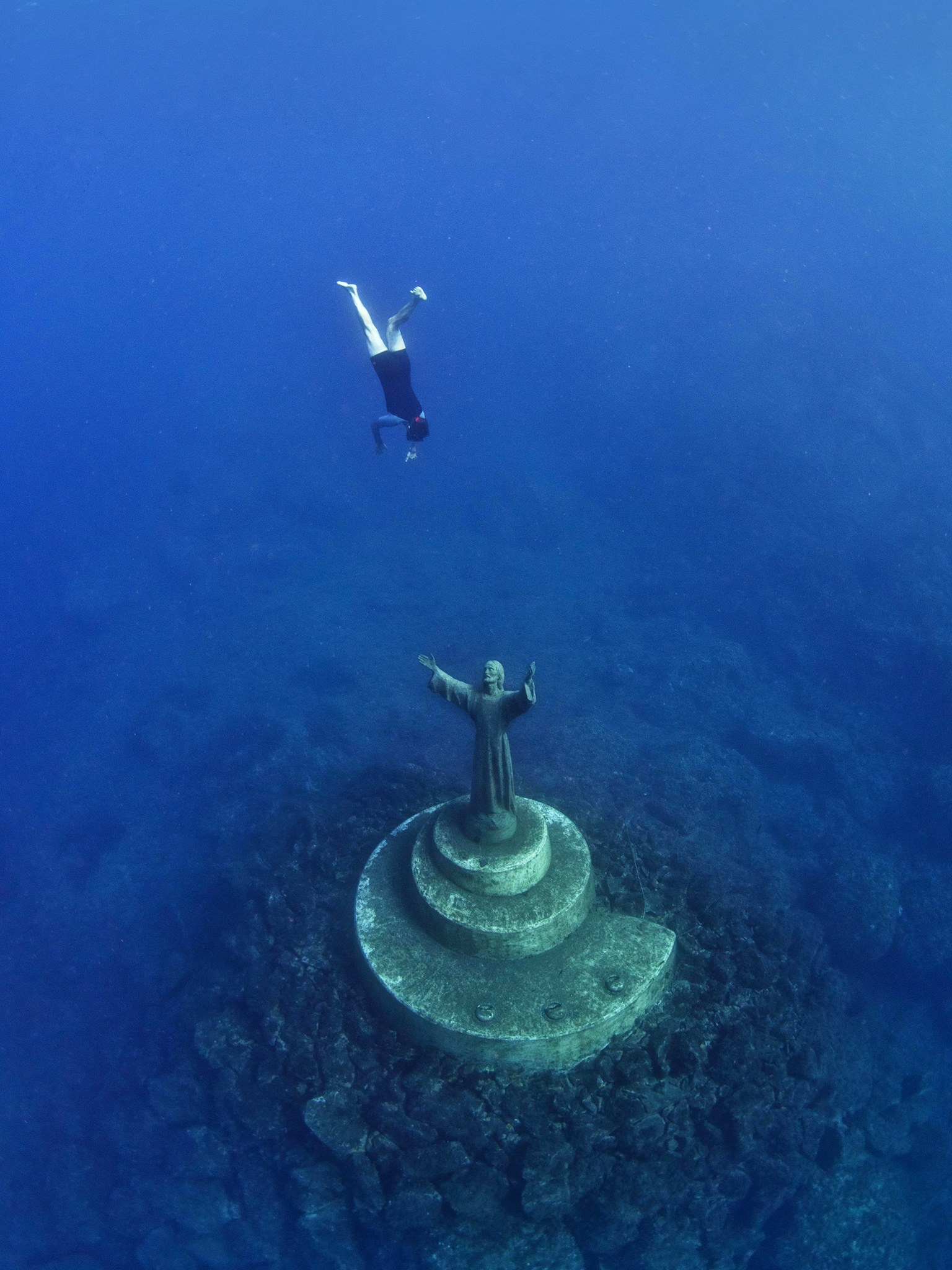 6. Христос из бездны, Сан-Фруттуозо, Италия. Статуя Иисуса Христа высотой около 2,5 метров, находяща