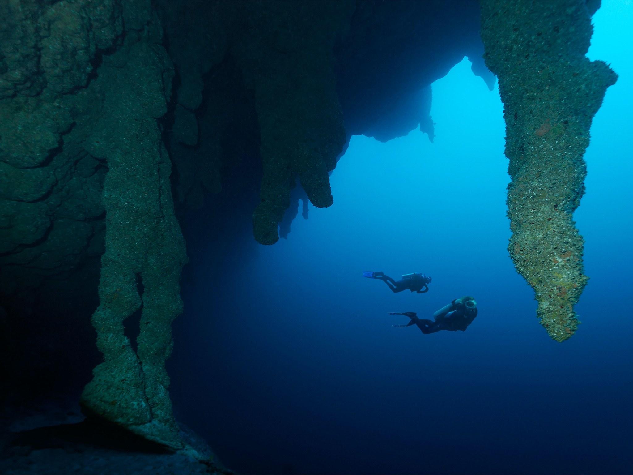 8. Большая голубая дыра, Белиз. Круглая карстовая воронка, уходящая вглубь на 120 метров, расположен