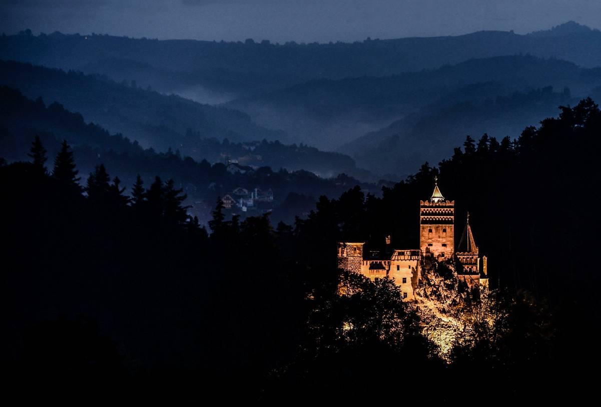 Возведенный на вершине скалы и имеющий необычную трапециевидную форму, замок Бран служил стратегичес