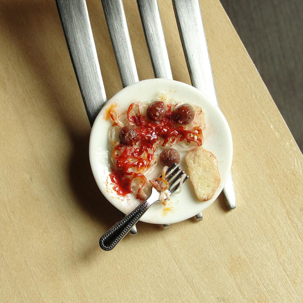 Спагетти с тефтелями и чесночный хлеб.