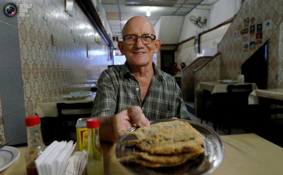 Повар готовит блюдо из тапиоки в Рио-де-Жанейро.