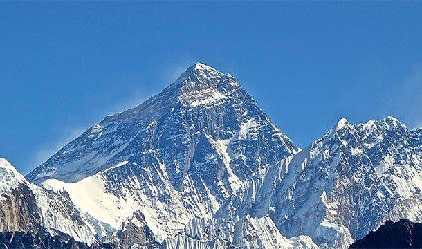 По мере приближения к вершине можно найти трупы многочисленных альпинистов, погибших здесь на протяж