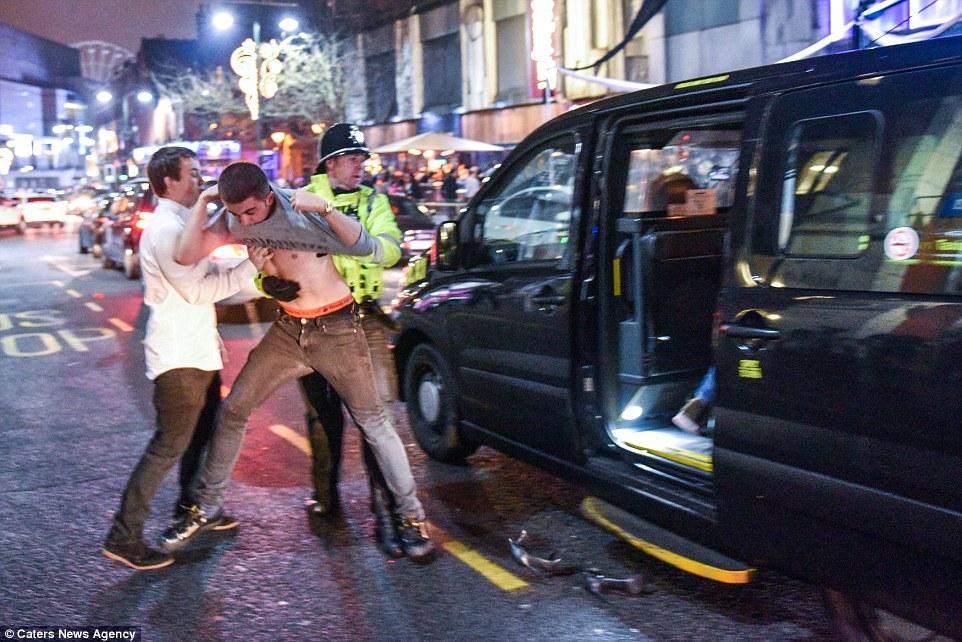 Этот парень попытался прорваться в такси без очереди.
