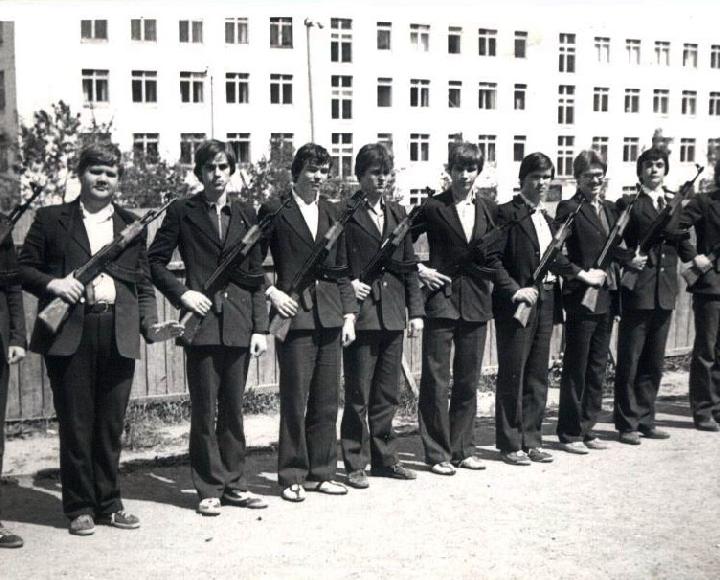 В это время юношей муштровали на импровизированном плацу.