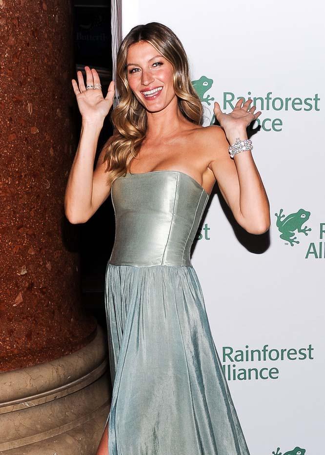 Американская модель и актриса Кейт Аптон. У Кейт ослепительная открытая улыбка и ямочки на щечка