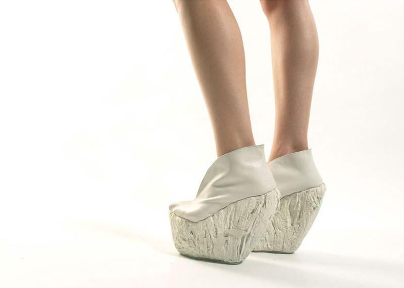 Каждая такая пара весит не менее килограмма, но, как заверяет создатель необычной обуви, она спо