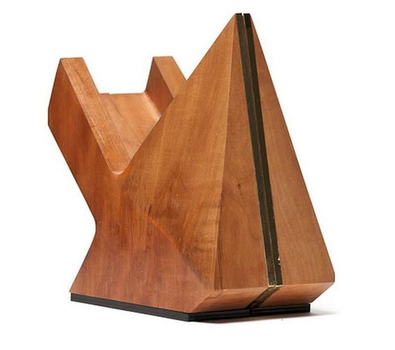 Скульптурная обувь из дерева.