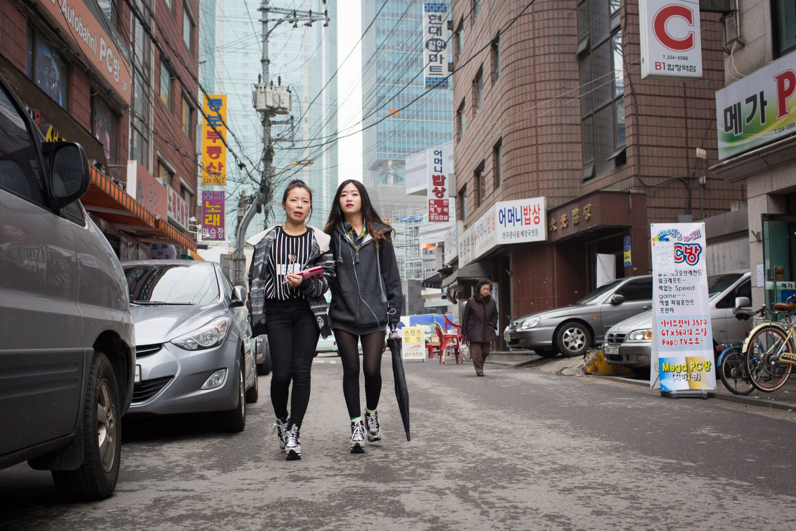 Беженки из Северной Кореи 19-летняя Кьёнг-ок (переводится как «Лунный век») и 22-летняя Сара (употре