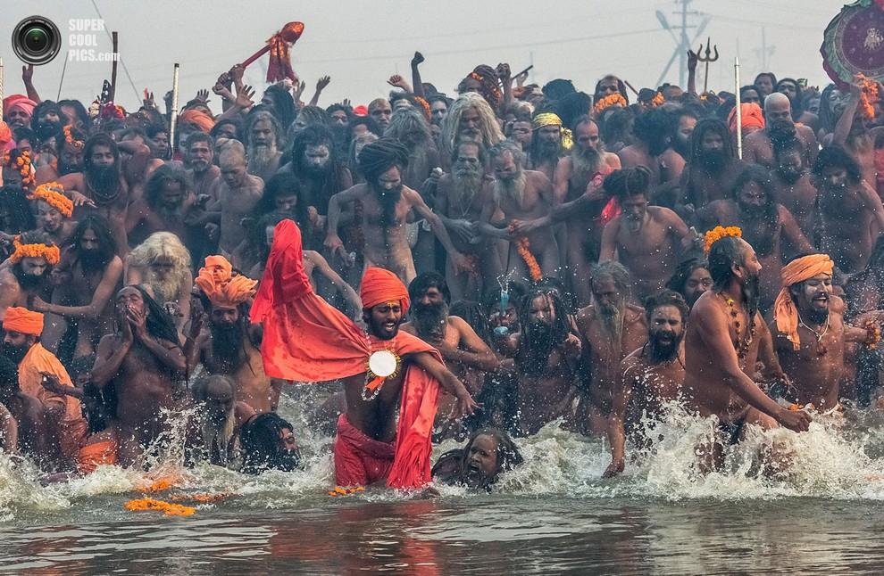 Оголенные мужчины совершают священныйобряд.(Daniel Berehulak/Getty Images)