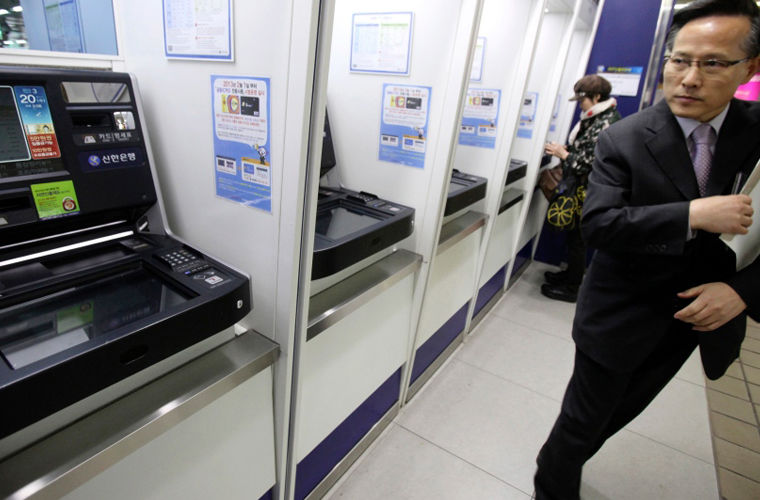 Деньги в Южной Корее можно снять либо в банке, либо в банкомате. Часы работы банков — с 09:30