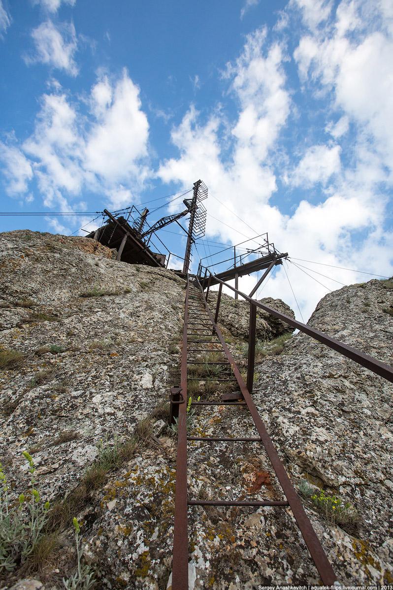 Площадка под некогда поддерживавшими диск балками небольшая, укрепленная металлом прямо в скале