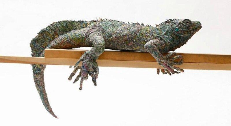 Как японская художница делает скульптуры животных из старых газет
