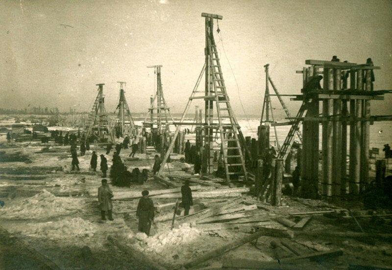 Строительство моста через Неву на линии Поляны-Шлиссельбург. 1943 год.
