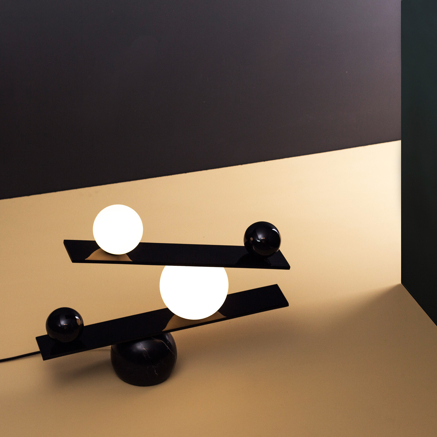 Elegant Balance Lamp Evoking the Fragility of Life (5 pics)