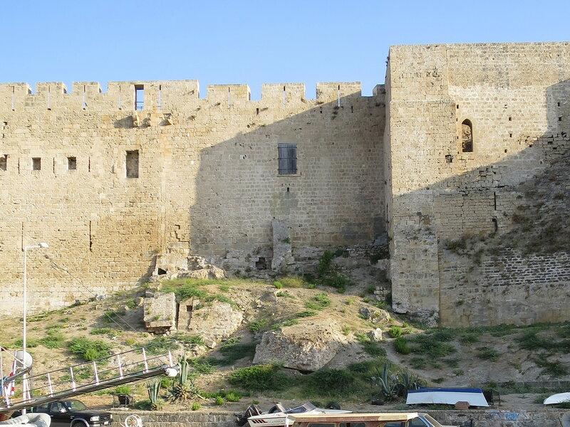 Два прямоугольных дверных проема северной стены