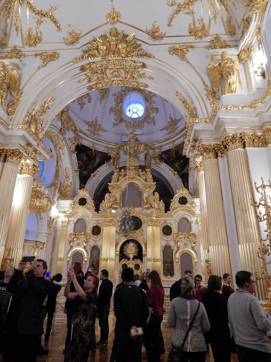 Домовая церковь в Зимнем дворце полна посетителей.jpg