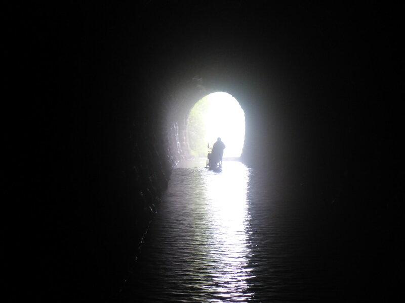 на велосипеде через затопленный железнодорожный туннель
