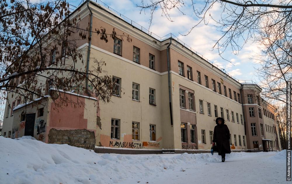 Здание заброшенной детской больницы номер шесть в городе Каменск-Уральский