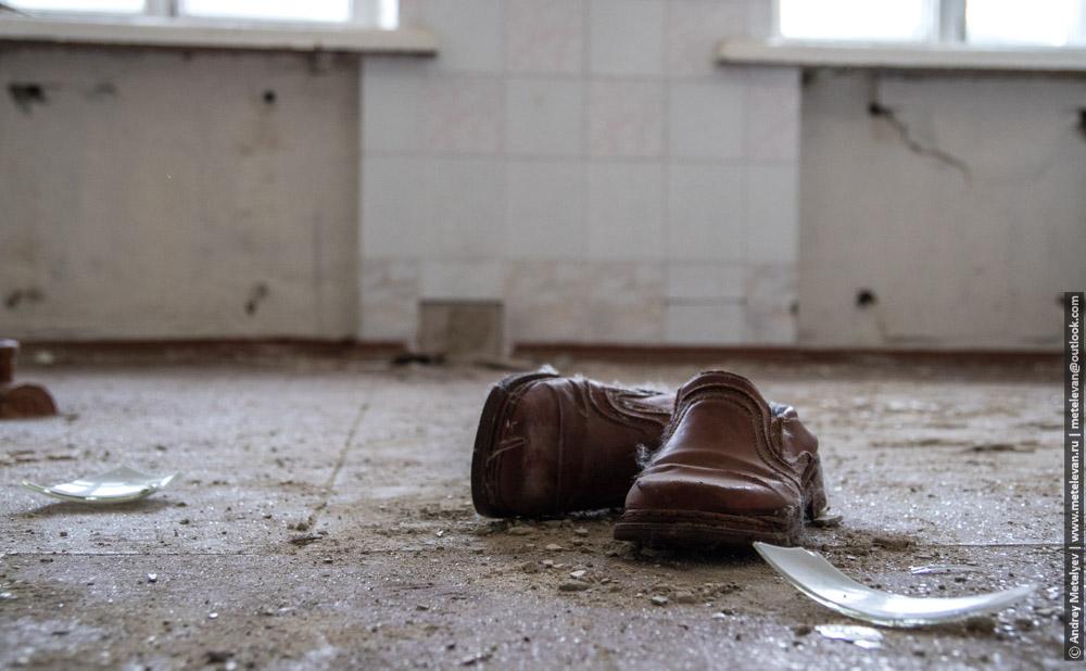 ботинки на полу в умирающем здании