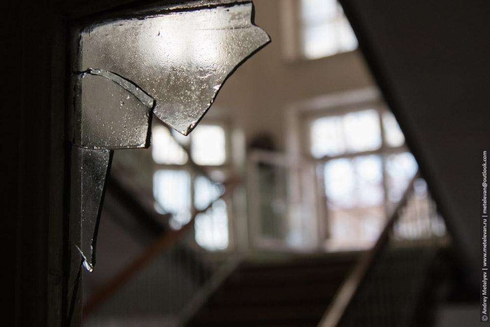 оставшееся стекло в коридорах детской больницы