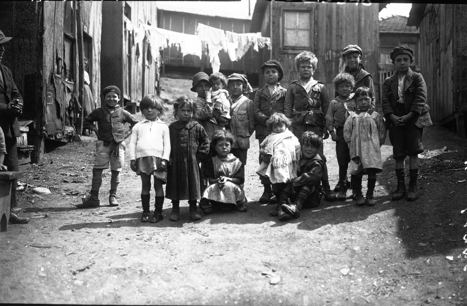 1929. Армия спасения в трущобах Бисетра. Группа детей