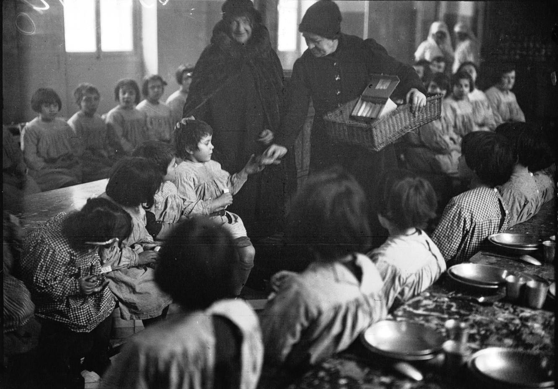 1933. Раздача конфет детям в рамках помощи многодетным семьям