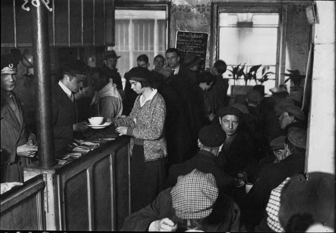 1932. Раздача супа безработным и студентам