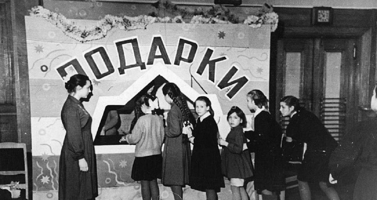 1960. Рыбинск. Выдача подарков в д.к. моторов