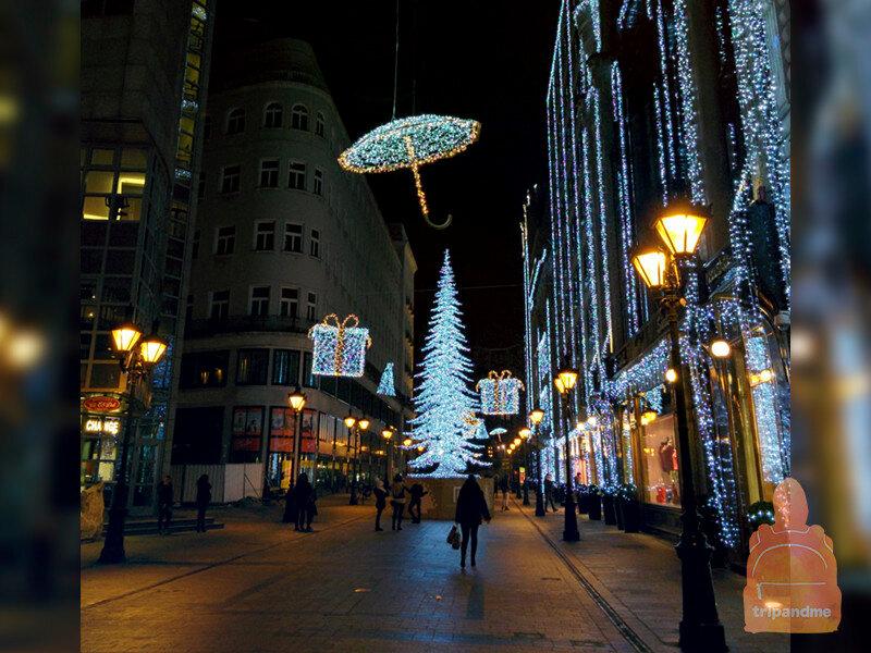 Улицу Ваци украшают в рождественские праздники