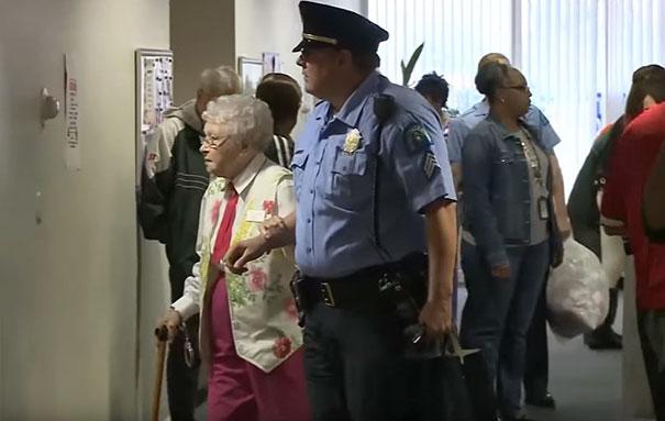 102-летнюю бабушку арестовали, чтобы она вычеркнула пункт «Быть арестованной» из списка желаний (6 фото)