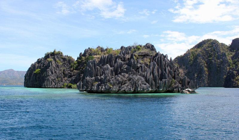 Такие, совсем крошечные островки раскиданы по всей акватории Палавана. Любой желающий может взят