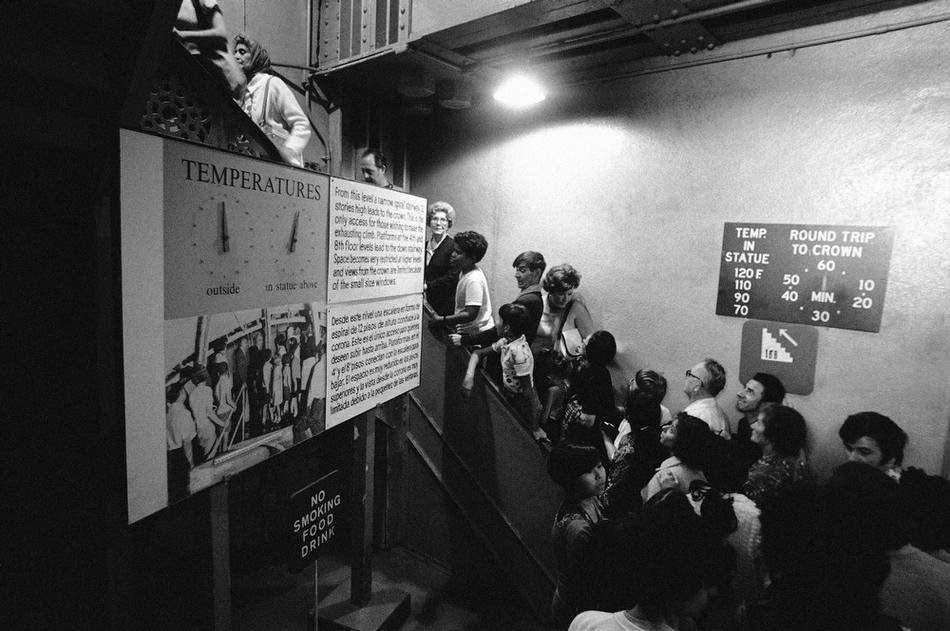 37. Посетители начинают подъем по лестнице к вершине статуи Свободы, 8 сентября 1976 года. Надписи с
