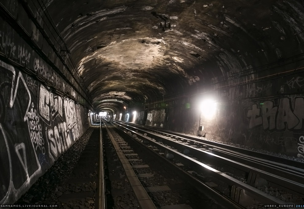 4. Поспешно проходим перегон, поднимаемся на платформу станции — никого. Быстрым шагом минем её