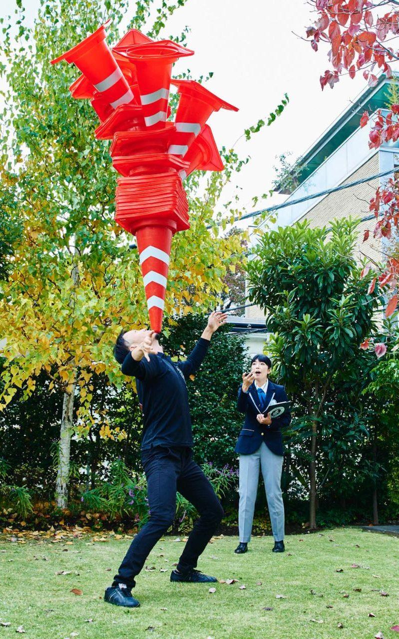 31-летний японец Кейсуке Йокота удержал на подбородке 29 дорожных конусов.